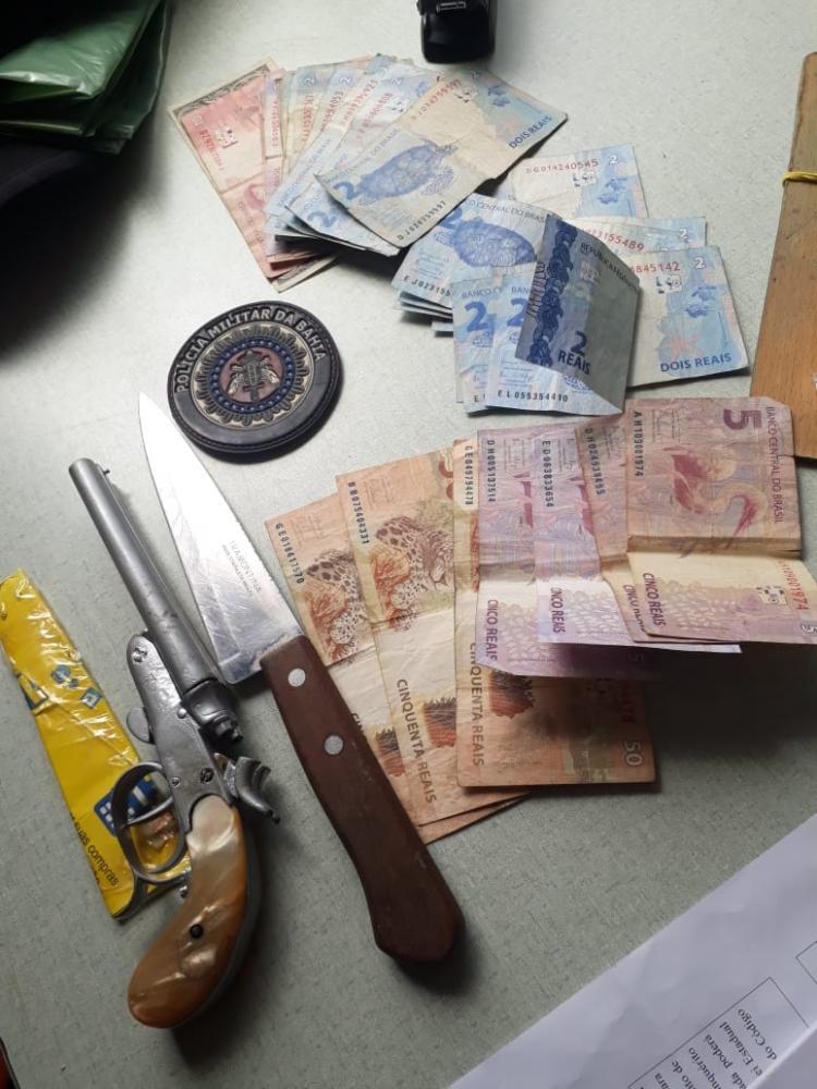 Homem é preso em posse de faca e arma de fogo no centro de Jânio Quadros