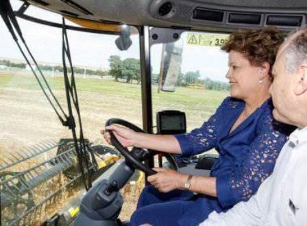 Dilma dirige colheitadeira e exalta o agronegócio em celebração da safra 2013/2014 no MT