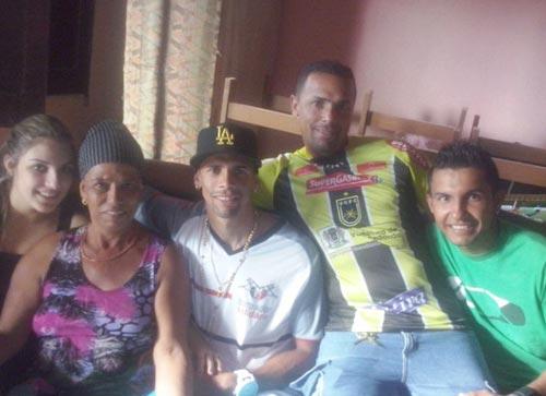 Naldo Santos, Jogador do Joinville, curte amigos e família na sua terra natal