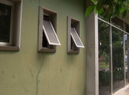 Salvador: Preso pede para ir ao banheiro, sobe na pia e foge pelo vitrô do DPT