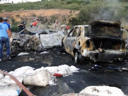 Jaguaquara: Caminhão-tanque pega fogo após batida com carreta; um morre