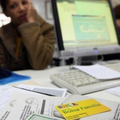 Mais de 2 mil políticos eleitos em 2012 são flagrados recebendo Bolsa Família