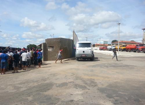 Muita agitação no último dia de credenciamento de caminhões pipa