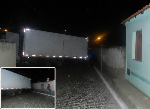 Caminhão baú apresenta falha mecânica e bloqueia uma das principais vias de acesso ao bairro São Félix.
