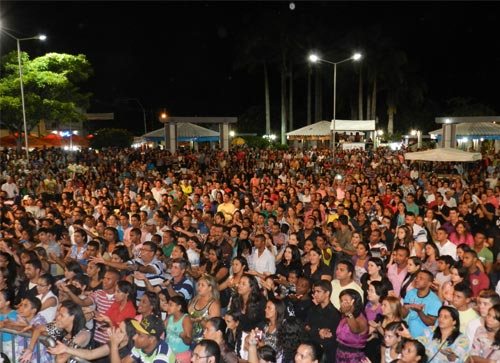 Uma Multidão na Praça da Prefeitura em comemoração ao Dia dos Evangélicos