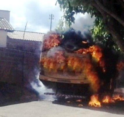 Em retaliação a ação da policia que resultou na morte de quatro assaltantes elementos incendeiam ônibus escolar no Bairro Baraúnas