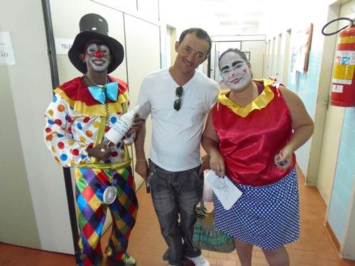 Grupo teatral visita hospital levando alegria no dia das crianças