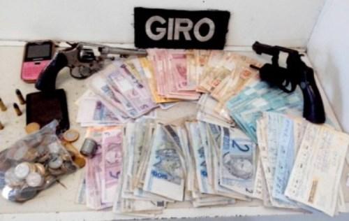 PM prende assaltantes com R$ 13 mil, duas armas e uma moto roubada em Conquista