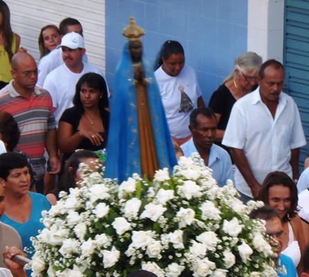 Fiéis saem às ruas para homenagear a Padroeira do Brasil