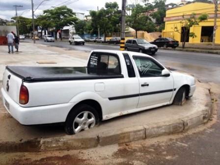 BH: Carro é cimentado em calçada após briga entre vizinhos