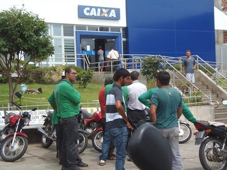 Ambulantes e moto taxistas que trabalham em frente a caixa econômica terão 48h para desocuparem a área