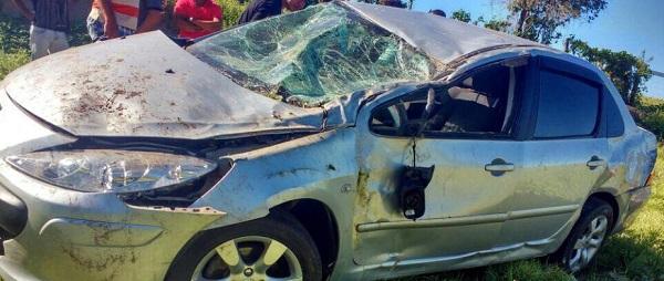 BR-030: carro capota com três pessoas em Guanambi