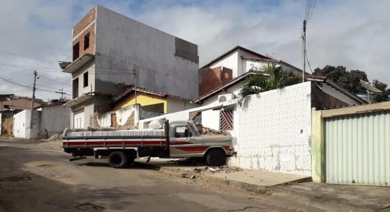 Brumado: Carro colide contra casa no bairro Olhos D'água