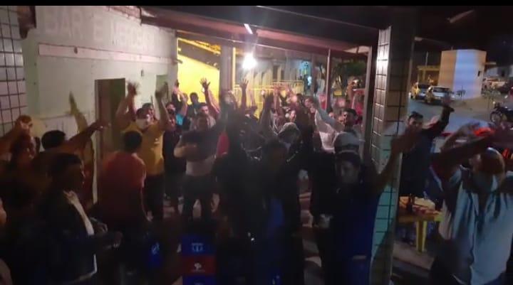 Em plena pandemia, apoiadores de pré-candidata a prefeita em Aracatu fazem aglomerações e debocham de decreto municipal