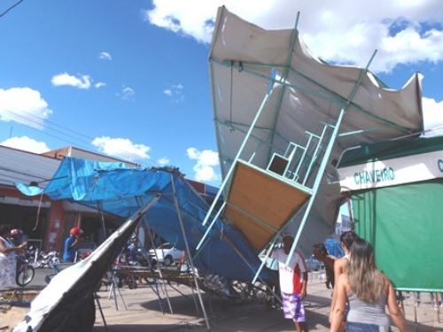 Vento forte destrói barracas de camelôs na Avenida Dr. Antônio Mourão Guimarães