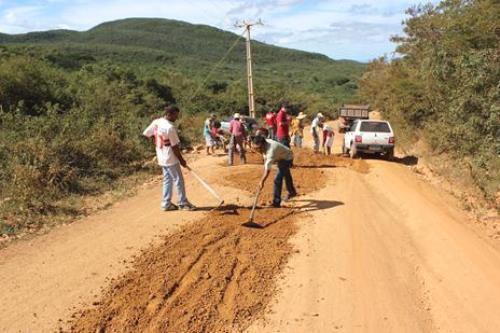 Ibitiara: Cidadãos fazem mutirão para recuperar estrada municipal