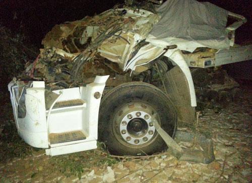 Caminhão capota e motorista morre preso às ferragens