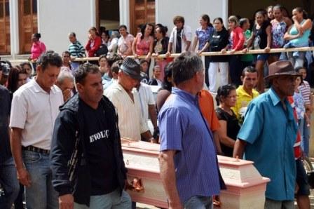Guajeru: Sepultado corpo de Paula Farias, jovem que morreu em acidente na BA-262