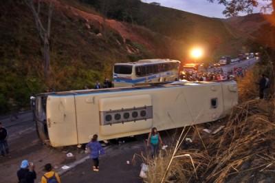 BR-116: Acidente entre ônibus da Novo Horizonte deixa um morto em Minas Gerais
