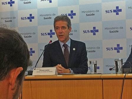 Novo exame de suspeito de ter ebola dá negativo, diz ministro da Saúde