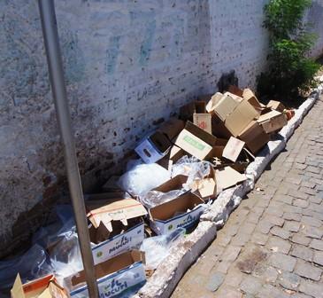Lixo espalhado pela rua fora do horário de coleta