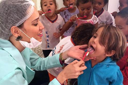 """Programa Saúde na Escola entrega de kits do projeto """"Sorriso Brilhante da Colgate"""""""
