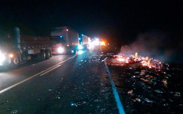 Ônibus pega fogo após batida com carreta e deixa feridos na BR-116