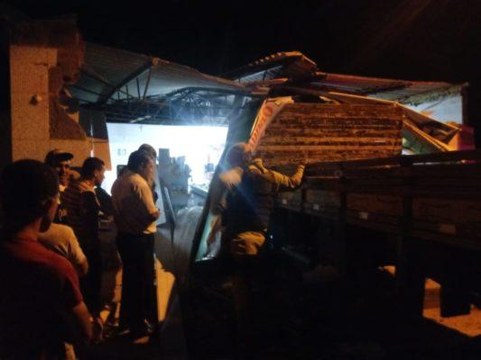 Barra da Estiva: Caminhão desgovernado invade comércio e causa grandes estragos