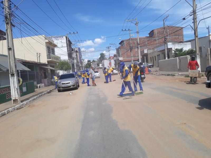 Brumado: Equipe de Limpeza realiza retirada de areia da chuva na Avenida Coronel Santos