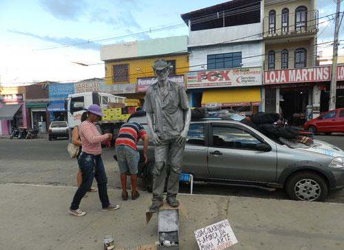 Estátua Viva atrai atenção de traseuntes no centro da cidade