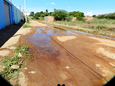 Água jorra sem parar há dois dias no Bairro Feliciano Pereira Santos