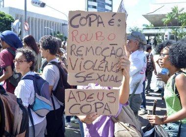 Com cruzes e velas, movimentos sociais realizam protesto contra Copa nesta quinta em Salvador