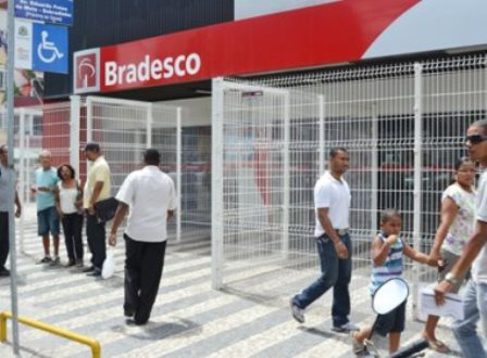 Feira de Santana: Assaltantes rendem gerente e roubam banco