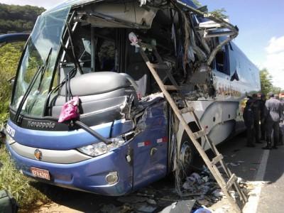 BR-116: Acidente com ônibus que seguia para Vitória da Conquista (BA), deixa quatro mortos