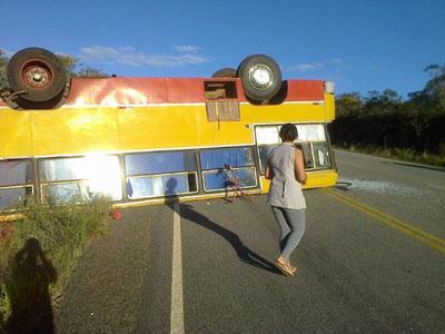 Ônibus que transportava camelô tomba na BA 142