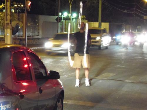 Entretenimento nos semáforos artista maranhense faz malabarismo com fogo