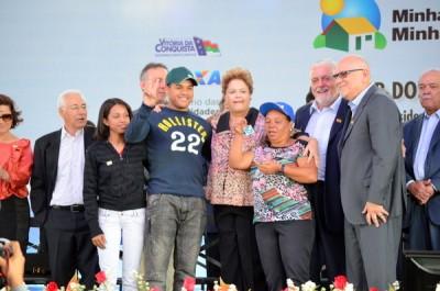 Dilma entrega 1.740 imóveis residenciais em Conquista e anuncia nova fase do programa