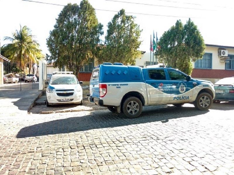 Dois homens são conduzidos a delegacia de Brumado; um deles é acusado de esfaquear três pessoas em Malhada de Pedras