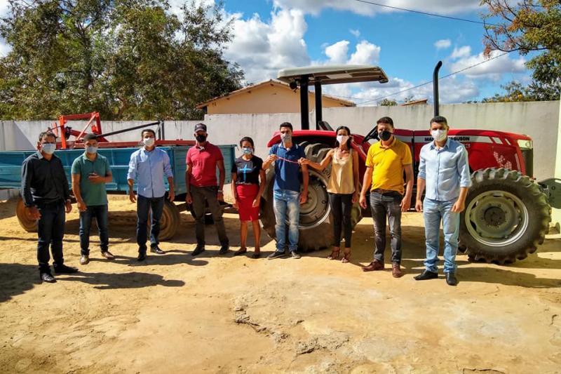 Governo de Guajeru disponibiliza trator com implementos agrícolas para bloco de associações rurais