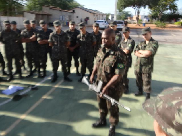 Tiro de guerra 06-024 realiza instrução de manuseio de armas com atiradores em Brumado