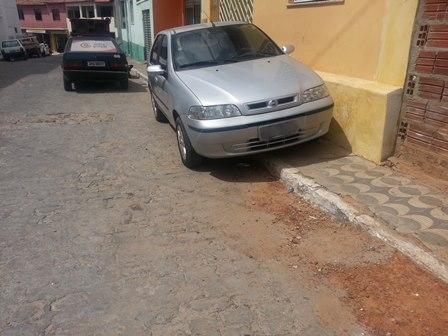 Flagra: Cidadão estaciona veiculo na calçada e impede passagem de pedestres
