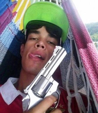 Camboriú SC: Jovem posta foto com arma em rede social e é preso 40 minutos depois