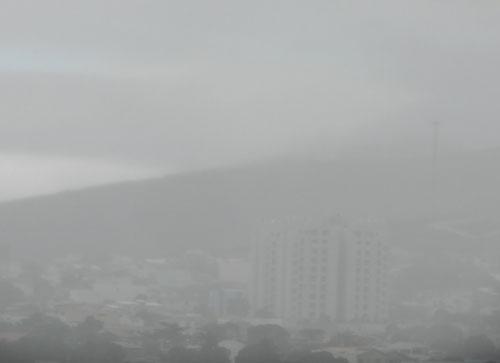 Depois de uma noite fria, a manhã é de chuva na Capital do Minério