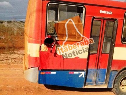 Garoto de 13 anos morre ao colocar a cabeça para fora do ônibus em movimento e bate violentamente contra um poste