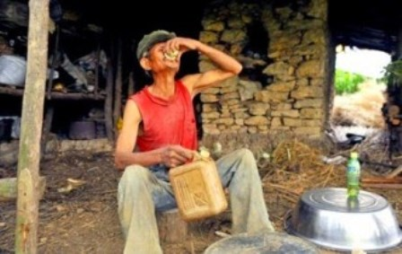 Homem bebe gasolina há mais de 40 anos e tem boa saúde