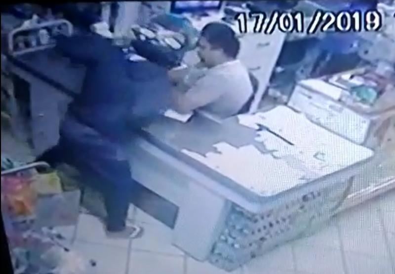 Funcionário é agredido por assaltante durante ação em supermercado de Barra da Estiva