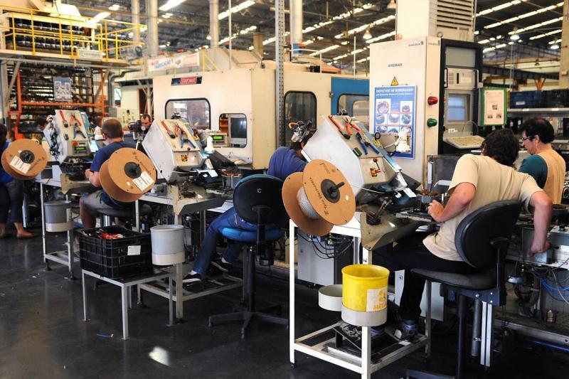 Emprego na indústria fica praticamente estável em agosto, indica CNI