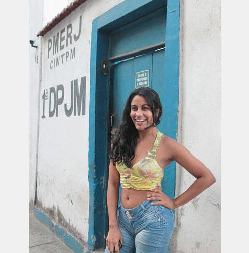 Maria UPP depõe sobre sexo com PMs e desfila para fotógrafo