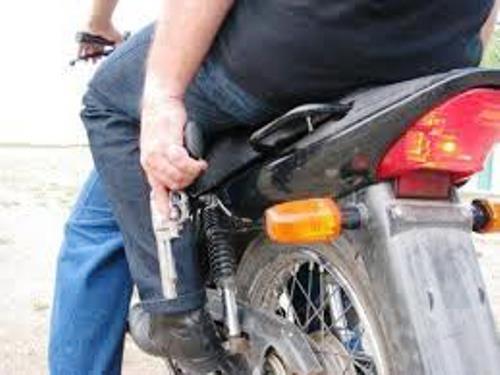 Bandido armado assalta lotérica e foge em uma moto