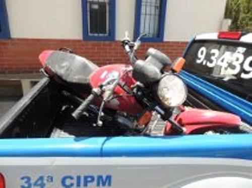 Policia recupera moto roubada e prende bandidos